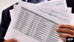 Serghei Leșcenko, parlamentar și activist anticorupție ucrainean, arată presei copii după registrele contabile în care apare numele lui Paul Manafort, Kiev, 19 august 2016