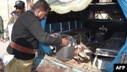 Pamje, pas sulmit në makinën e punonjësve të poliomelitit, në Pakistan