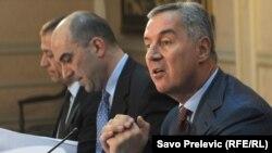 Milo Đukanović sa ministrima na press konfrenciji 16.jula