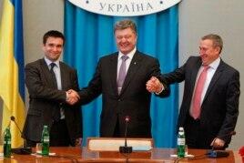 Суретте (солдан оңға): жаңадан тағайындалған СІМ Павел Климкин, президент Петр Порошенко және бұрынғы СІМ Андрей Дещица. Киев, 19 маусым 2014 жыл.