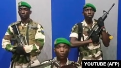 Лейтенант Келли Ондо Обианг призывает народ Габона к восстанию. Либревиль, 7 января