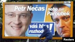 Предвыборный плакат лидера Гражданской демократической партии Петра Нечаса (слева) и его соперника Иржи Пароубека