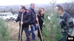 """Акцијата """"Ден на дрвото"""" во Македонија. Министерката Елизабета Канческа Милевска на Ден на дрвото во Велес"""