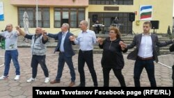 Хорото на Цветан Цветанов на празния площад в Черниче доби огромна популярност в социалните мрежи