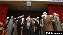 مصباح یزدی در میان طرفدارانش عکس از لمون پرس