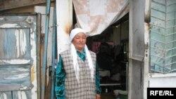 Ұлдана Әжібекова өзі тұрып жатқан дүңгіршектің жанында.