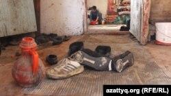 Көпбалалы отбасы тұрып жатқан үйдің кіреберіс бөлмесі.