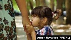 Маленькая дочка Али Асанова пришла вместе с мамой в суд, где ее отца судят по обвинению в участии в массовых беспорядках