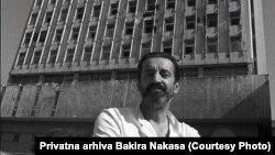 Dr Bakir Nakaš ispred Opće bolnice, ratni snimak