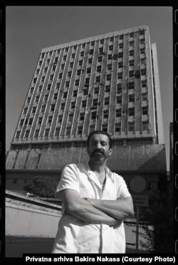 Bakir Nakaš ispred Vojne bolnice, Sarajevo