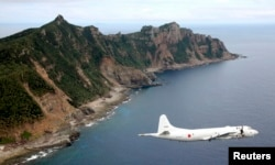 Самолет сил самообороны Японии возле островов Сенкаку. Октябрь 2013 года