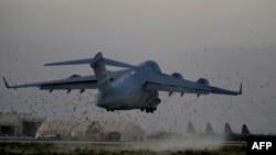 طائرة C-17 الأميركية العملاقة تقلع من قاعدة باغرام قرب العاصمة الأفغانية كابل