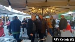 Црногорскиот претседател Мило Ѓукановиќ со црна маска, во Цетиње пред устоличувањто на Јоаникиј