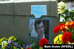 The makeshift memorial to Nemtsov on the bridge in Moscow where he was killed. (file photo)