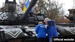 Украинские военные и наблюдатели ОБСЕ. Донбасс, октябрь 2015 года