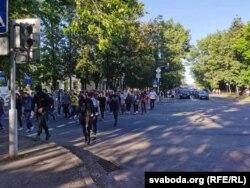 Багата людзей ідзе да парку Чыгуначнікаў у Віцебску на мітынг Сьвятланы Ціханоўскай