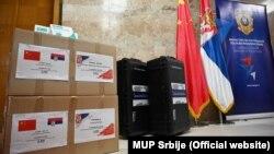 """Na kutijama u kojima je pomoć za MUP Srbije stigla iz Kine, ispisano je """"Čelični prijatelji, delimo i dobro i zlo"""""""