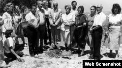 Zejneba Hardaga (četvrta s desna) na ceremoniji u čast njene porodice, Yad Vashem, 1985, foto preuzet sa sajta yadvashem.org