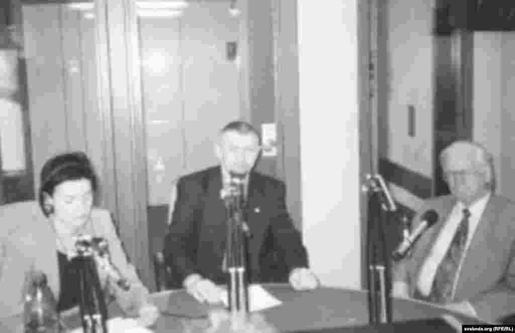 Вольга Караткевіч, Сяргей Навумчык і Васіль Быкаў у студыі Свабоды. 12 верасьня 2001 году.