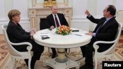 Канцлер Германии Ангела Меркель, президент России Владимир Путин и президент Франции Франсуа Олланд (слева направо) во время встречи в Кремле. Москва, 6 февраля 2015 года.