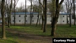 Першы будынак гатэльнага комплексу з вокнаў суседніх жылых кварталаў (вул. Чырвонаармейская, зав. Казарменны)