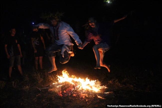 Стрибання через вогнища на Хортиці
