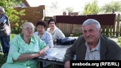 Родная сястра паэта Тамара і брат Віктар з жонкаю і дачкою