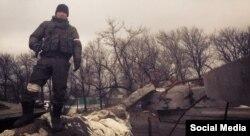 Бато Дамбаєв біля блоктосту міста Вуглегірськ, де Бато й інші російські військові воювали в середині лютого 2015 року