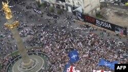 """""""თავისუფლების"""" მოედანზე შეკრებილმა დემონსტრანტებმა საქართველოს, ევროკავშირისა და ნატოს დროშები ააფრიალეს. თბილისი, 1 სექტემბერი 2008 წ."""