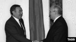 Президент СССР Михаил Горбачев (справа) приветствует президента Казахской ССР Нурсултана Назарбаева в Москве. 25 сентября 1990 года.