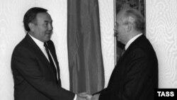 Қазақ ССР президенті Нұрсұлтан Назарбаев (сол жақта) пен СССР президенті Михаил Горбачев. 1990 жыл.