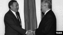 Президент Казахской ССР Нурсултан Назарбаев (слева), президент СССР Михаил Горбачев. 1990 год.