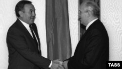 Қазақ ССР-і президенті Нұрсұлтан Назарбаев (сол жақта) пен СССР президенті Михаил Горбачев. 1990 жыл.