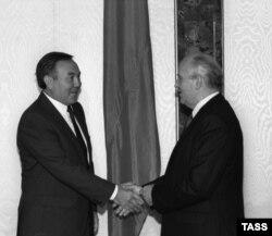 Президент Казахской ССР Нурсултан Назарбаев и президент СССР Михаил Горбачев. Москва, 25 сентября 1990 года.