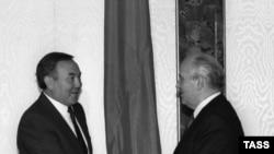 Президент СССР Михаил Горбачев и президент Казахской ССР Нурсултан Назарбаев обмениваются рукопожатиями. Москва, 1990 год.