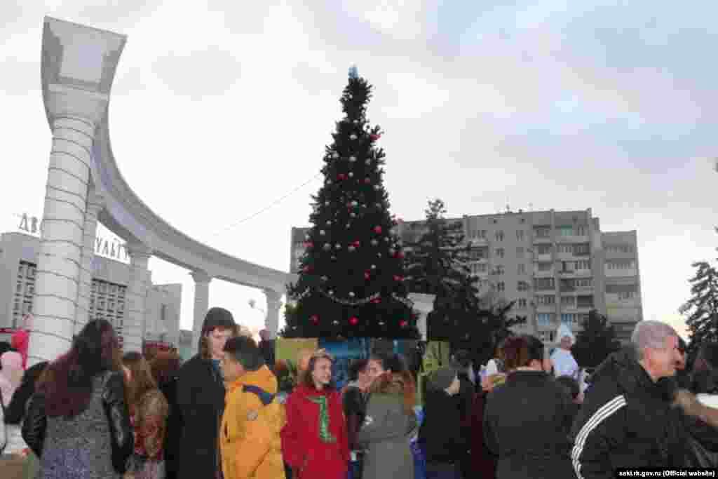 У Саках штучна ялинка встановлена на площі Революції.