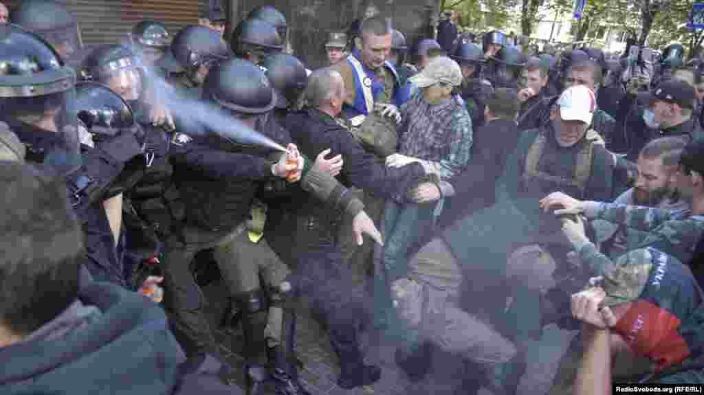 Між силовиками та мітингувальниками зчинилася сутичка, були задіяні газові балончики