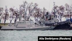 Захваченные ФСБ России украинские военные корабли в порту Керчи. 28 ноября 2018 года.