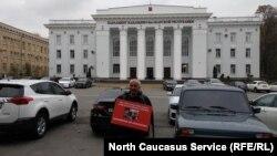 Аслан Иритов проводит пикет с требованием наказать избивавших его силовиков. 31 октября, 2019 г.