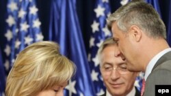 Американската државна секретарка Хилари Клинтон и косовскиот премиер Хашим Тачи на денешната средба во Приштина