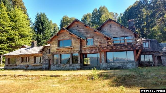 Дом в баварском стиле в аргентинском городе Вилья-Ла-Ангостура близ чилийской границы.