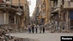 Sirijci nakon što su dobili hranu od jedne humanitarne organizacije, mart 2013.