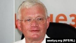 """Член президиума оппозиционной партии """"ОСДП Азат"""" Петр Своик, во время онлайн-конференции на Азаттык. Алматы, 9 августа 2012 года."""