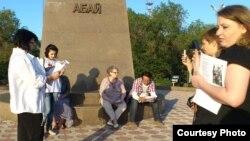 Участники акции, посвященной 167-летию казахского поэта Абая Кунанбаева, читают его стихи. Караганда, 10 августа 2012 года.