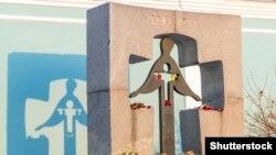 Пам'ятний знак жертвам Голодомору в Україні 1932-1933 років. Київ, архівне фото