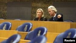 """Нидерланддардын """"Эркиндик"""" партиясынын лидери Гирт Вилдерс (оңдо) жана Франциядагы """"Улуттук фронт"""" партиясынын жетекчиси Марин Ле Пен."""