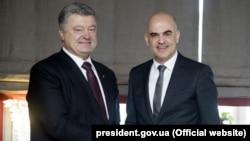 Президент України Петро Порошенко і президент Швейцарії Ален Берсе (праворуч). Давос, 25 січня 2018 року