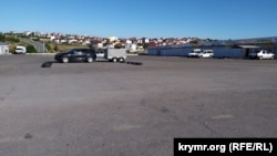 Автомобильная парковка рядом с пересечением проспекта Генерала Острякова и дороги на Максимову дачу