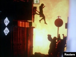 Женщина прыгает из горящего дома на Саррей-стрит в Лондоне