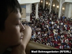Орталық мешіттің екінші қабатынан уағыз тыңдап отырған жігіт. Алматы, 15 тамыз 2012 жыл.